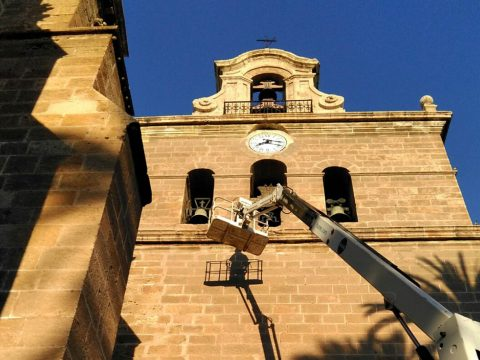 actuando en la cornisa de la Catedral de Almeria